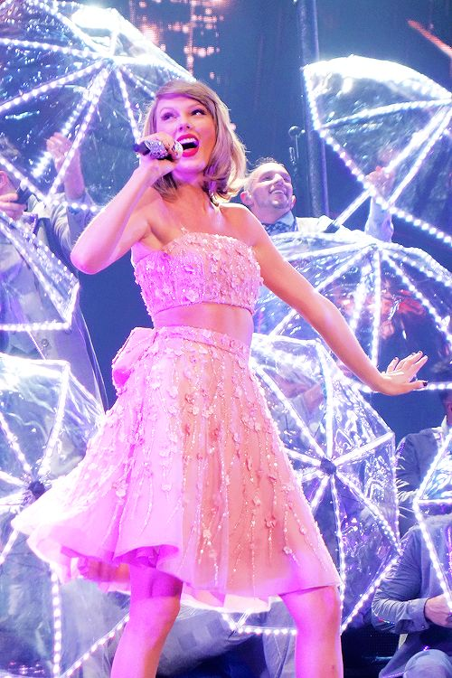 Taylor performing How You Get the Girl during the 1989 Tour