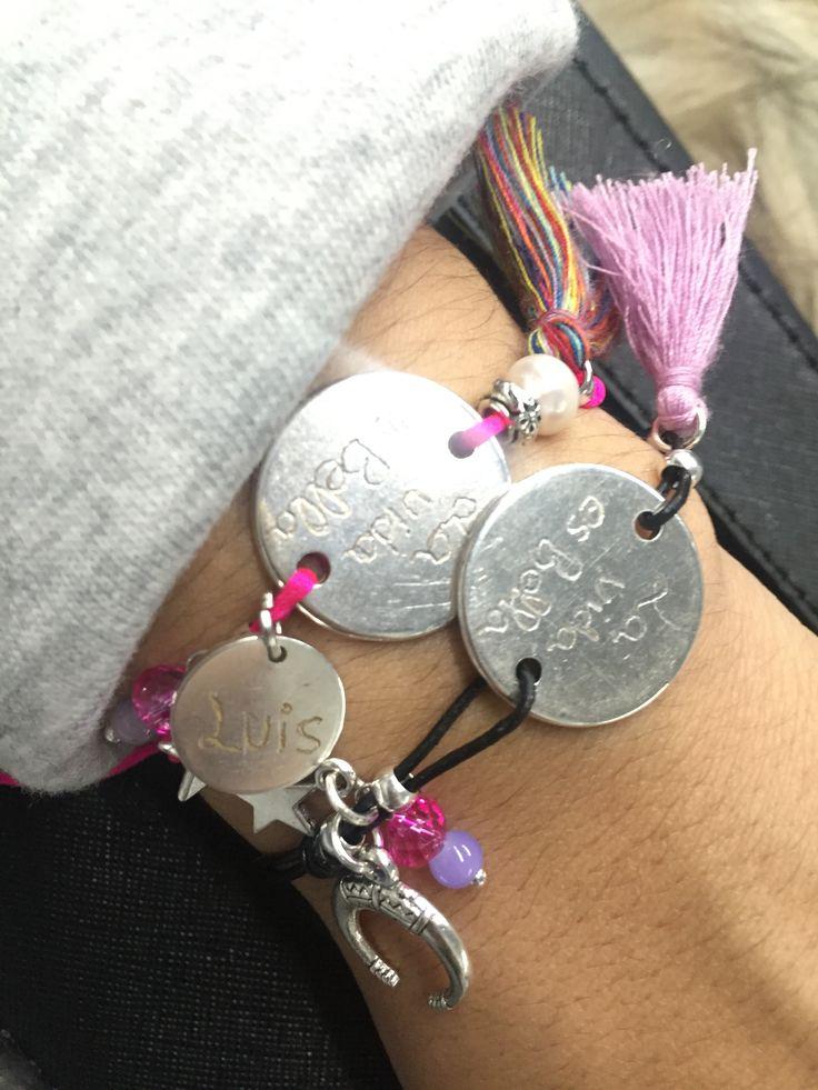 Pulseras bañadas en plata personalizadas . Grabadas a mano y hechas en cuero  Puede personalizar colores y colgantes