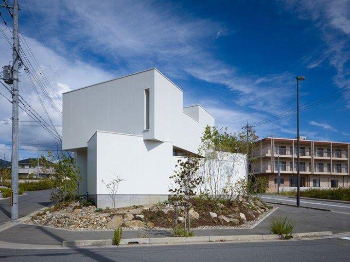 位於大阪府箕面市的這個住家,是個三面都是道路的建物,為了保持良好的隱私和生活條件,建築師藤原慎太郎以箱型外觀建造多面體產生看似封閉、內部卻是極度開放的住宅。在遮蔽外界視線的要求下,以高窗引進光源,並透過建物間的小中庭設置,讓室內不但容有活動區域,又能在光線的一日變化中,產生不同美感。  via 藤原・室 建築設計事務所