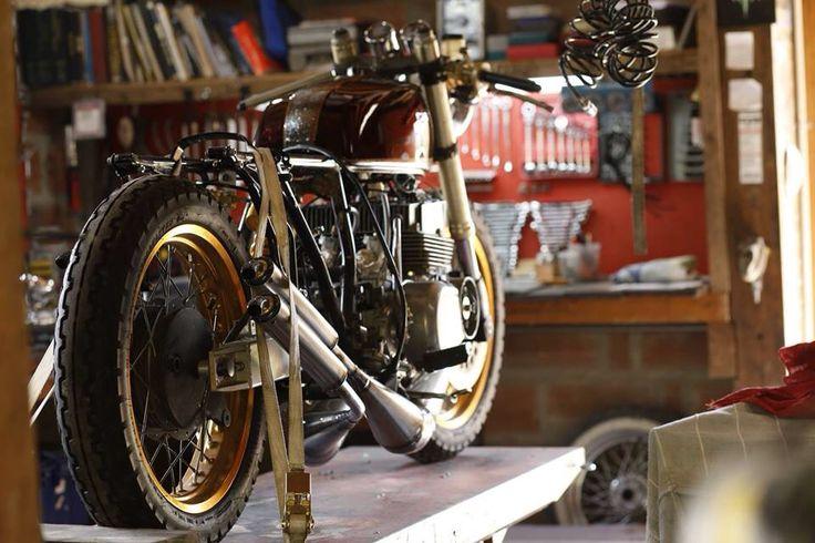 Clandestino kingdom san felix 1973 suzuki GT380 cafe racer!!! Two stroke