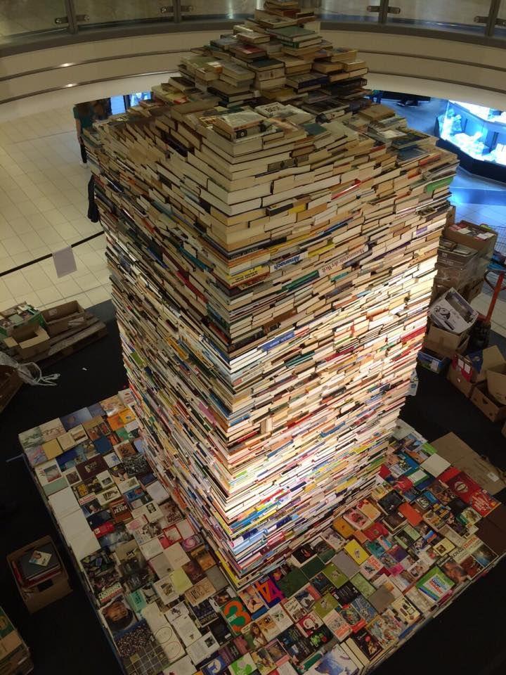 63.377 livres empilés sur 4,50 mètres de hauteur et 3 mètres de base, le tout sans sans aucune fixation. Il s'agit de la plus haute pyramide de livres du monde. Un record certifié par le Guinness du même nom, qui sanctifie les réalisations les plus spectaculaires au monde. Les honneurs reviennent à la librairie luxembourgeoise, Ernster, qui a ainsi célébré ses 125 ans.