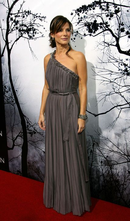 Another one of our favorite Sandra style moments—this Grecian one-shouldered Lanvin gown at the premiere of Premonition in 2007.