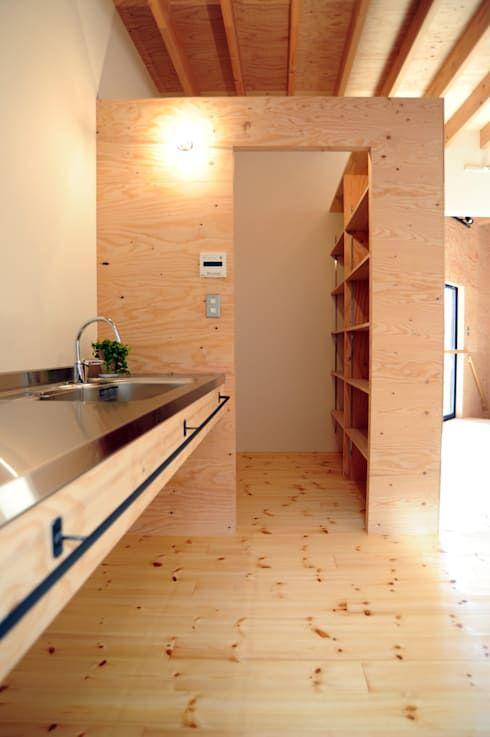 パントリー: モノスタ'70が手掛けたキッチンです。