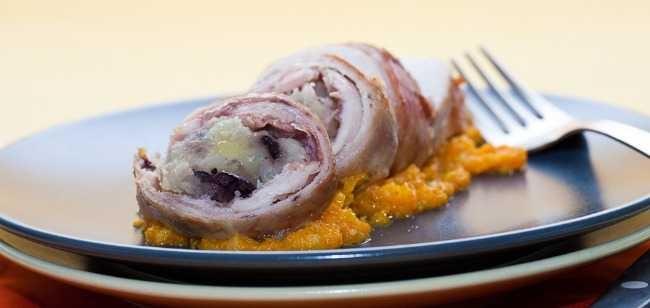 [Rotolini di coniglio con patate e olive] Ingredienti per 4 persone: 1 coniglio disossato; 100 g di prosciutto  cotto; 200 g di patate; 60 g di olive taggiasche denocciolate; 1  cipolla bianca; 2 carote; 1 cuore di sedano; olio extravergine d'oliva