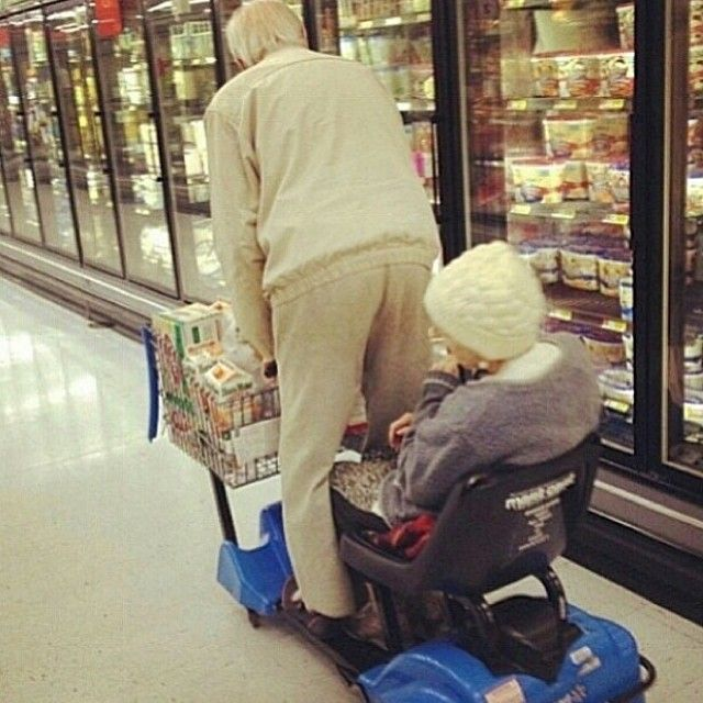 Only one cart is needed for the two of them - 32 AWESOME OLD COUPLES THAT PROVE AGE IS JUST A NUMBER