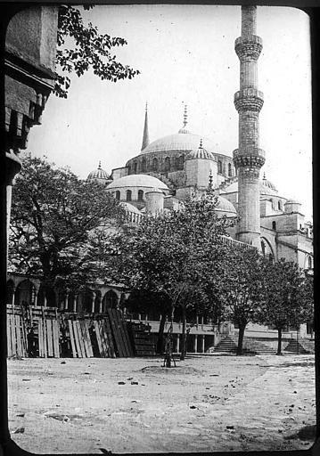 Istanbul; Mosquée du Sultan Ahmet (Mosquée Bleue)  Vue d'ensemble, rangée d'arbres au premier plan PhotographeRoy, Lucien (architecte) Date prise vue 1908