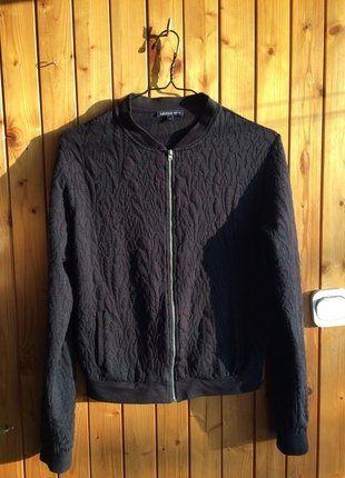 Kup mój przedmiot na #vintedpl http://www.vinted.pl/damska-odziez/bluzy/16923968-bluza-bomberka-pikowana-tloczona-wzory-czarna-casual-sport-style-zamek-zip