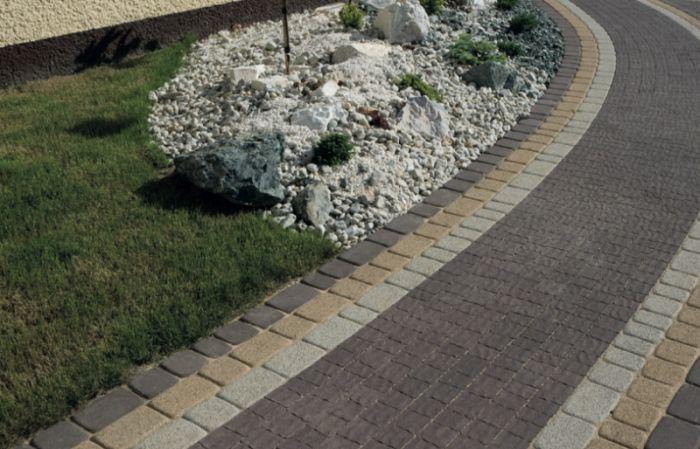 Projekt z wykorzystaniem kostki dekoracyjnej Granit falisty w kolorze Standard Brąz.  #kostbet #granit #kamien #ogrod
