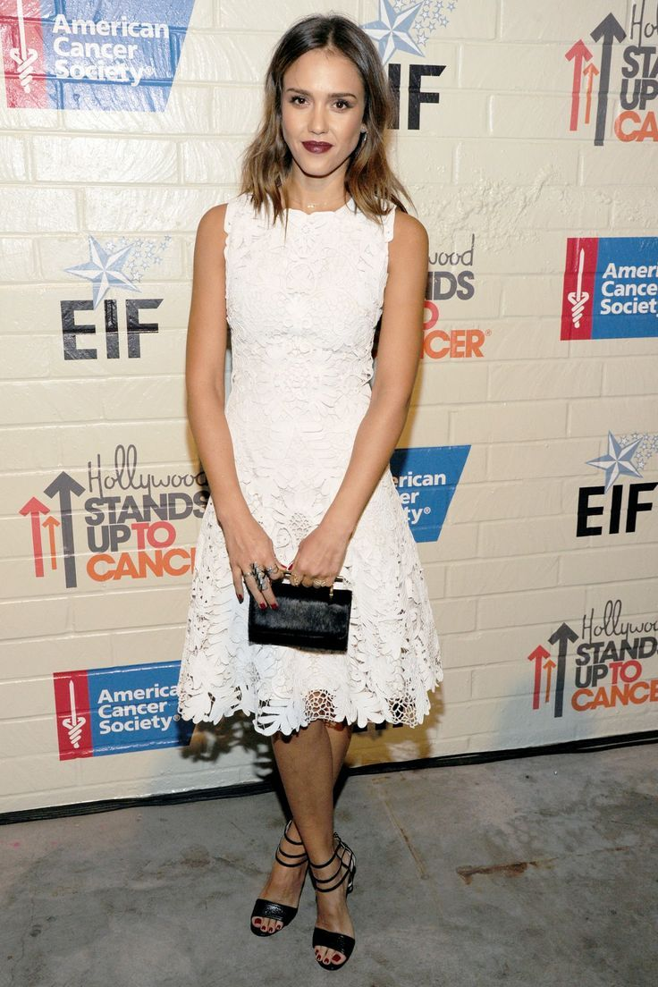Jessica Alba debuted her shorter, layered hairstyle at last night's Stand Up To Cancer Event. We <3 this look! #fashion #beauty #hair