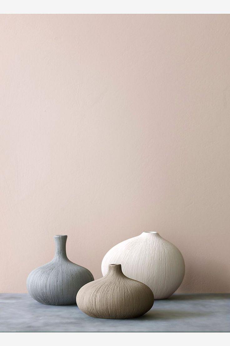 Vase av keramikk med fint, lett risset mønster. Høyde 13 cm. Ø 14 cm.