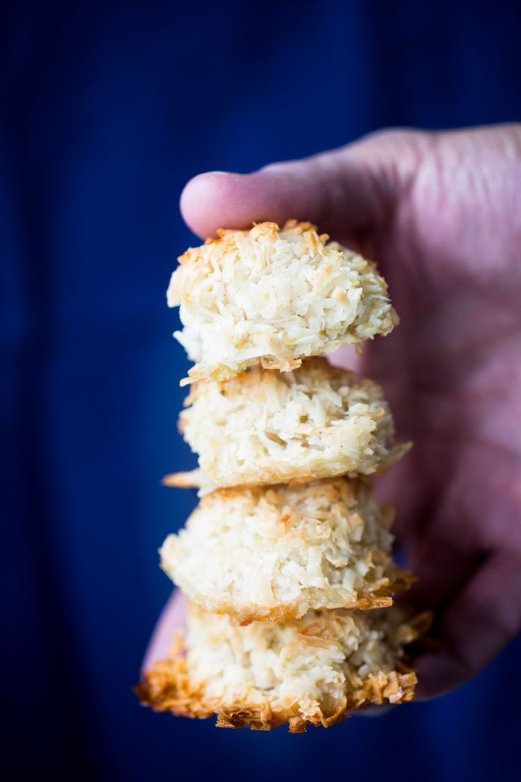 This recipe for vegan lime macaroons is perfect. The macaroons are chewy on the inside and toasty and crunchy on the outside. It is the perfect bite for an afternoon bite. Vegan Mexican Recipes, Mexican Dessert Recipes, Dessert Dishes, Vegan Dessert Recipes, Delicious Vegan Recipes, Healthy Recipes, Spanish Recipes, Fun Recipes, Vegan Dishes