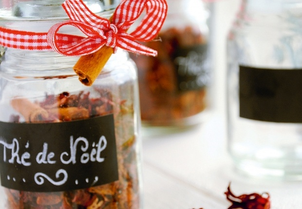 Le thé de Noël comme en Alsace Un mélange de cannelle, décorces d'orange, de vanille Bourdon, de badiane, de cardamome et de girofle. Le tout dans un petit pot en verre joliment décoré avec un petit ruban et un bâton de cannelle. Une idée extraite du livre « Je crée mes cadeaux gourmands » de Marie Chioca et Delphine Paslin, éditions Terre vivante Lire notre pas à pas pour apprendre à fabriquer un thé de Noël