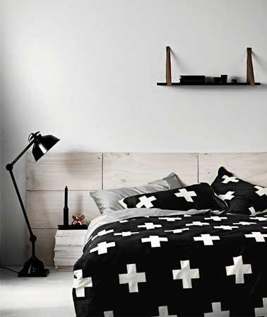 La tête de lit prend des allures design dans cette chambre à la déco noir et…