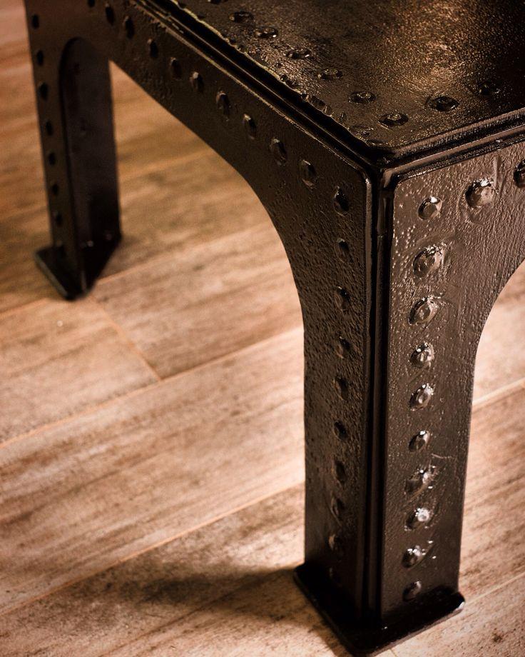 Кофейный стол в стиле индастриал, выполнил из восьми миллиметровой стали, искусственно состаренной, покрыт кузнечным лаком. Размер 135/65/45 см, был создан для лофт интерьеров.
