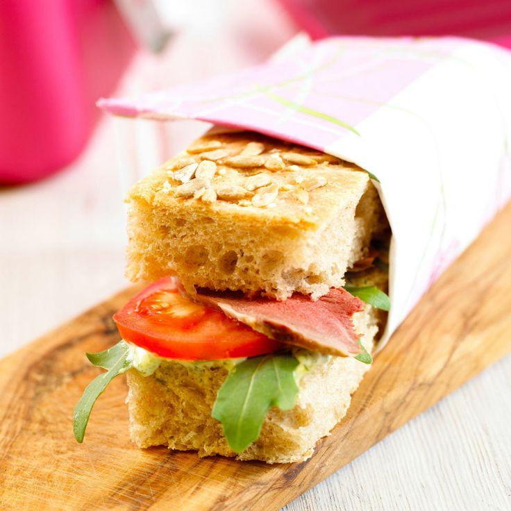 Focaccia med roastbiff og urtemajones - Urtemajonesen kan brukes i stedet for smør, og gir en fin kryddersmak til smørbrød med fisk, kjøtt, kylling og ost.