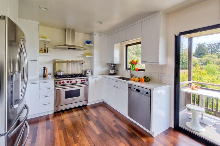 Дизайн кухни площадью 6 кв. м с холодильником: как оптимизировать пространство и 70 функциональных идей http://happymodern.ru/dizajn-kuxni-6-metrov-s-xolodilnikom-foto/ Настоящий вызов для хозяек - это привлекательная, удобная и функциональная маленькая кухня