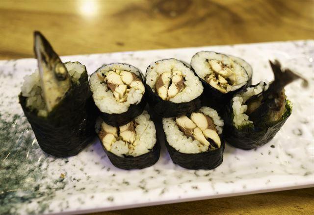 한국일보 : 생활 : 전복빵ㆍ화덕만두ㆍ꽁치김밥… '빵빵한' 간식 여행:: MACKEREL PIKE & SEAWEED KIMBAP(SUSHI)