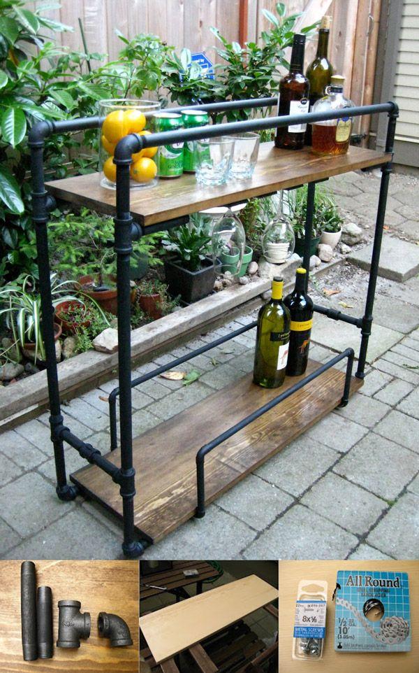 Deixe sua sala mais bonita com um carrinho para bebidas feito usando apenas tubos de ferro galvanizado e duas pranchas de madeira.Mais detalhes de como montar este bar/carrinho você pode conferir no site