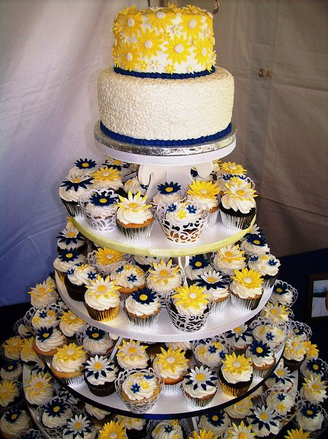 wedding cakes daisies | Daisy wedding cake/cupcake tower | Flickr - Photo Sharing!
