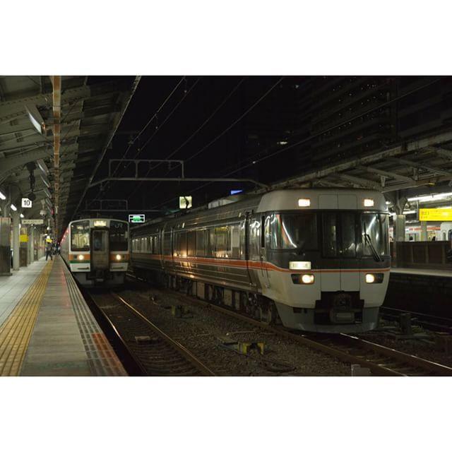 ワイドビューしなの  211系並んでる   #railway#train #team_eos#eos #名古屋駅#夏#summer#jr東海 #pohtografy#撮り鉄#鉄道#japan #キャノン#電車#local #ig_japan#trains#trains_worldwide #train_nerds#trb_express#splendid_transport #tv_transport#ig_trainspotting #loves_transports#railways_of_our_world by copeta