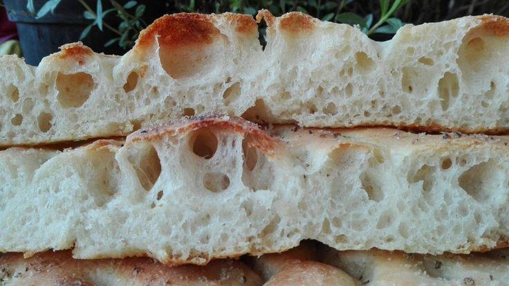 la pizza bianca romana è una focaccia preparata con lievito madre ideale per essere farcita , come aperitivo o come merenda dei ragazzi