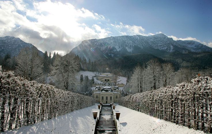 A snow covered Linderhof Castle, about 100 km south of Munich, seen on November 17, 2005. (Reuters/Michaela Rehle)
