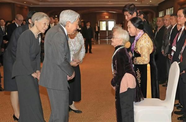 残留元日本兵家族と言葉を交わされる天皇、皇后両陛下 =2日午後、ベトナム・ハノイ(代表撮影) / 【両陛下ベトナム・タイご訪問】  「長い間、ご苦労さまでした」 両陛下、残留元日本兵家族とご面会 / 産経ニュース #ベトナム #皇室 #天皇陛下