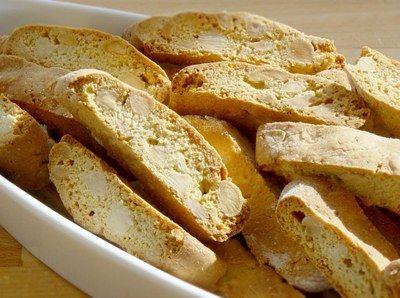Biscotti Det våde: 1 citron, (revet skal af.) 2 æg, 150 g sukker, 50 g smør. Det tørre: 300 g hvedemel, 1 tsk bagepulver, 1/4 tsk fint salt 200 g smuttede mandler