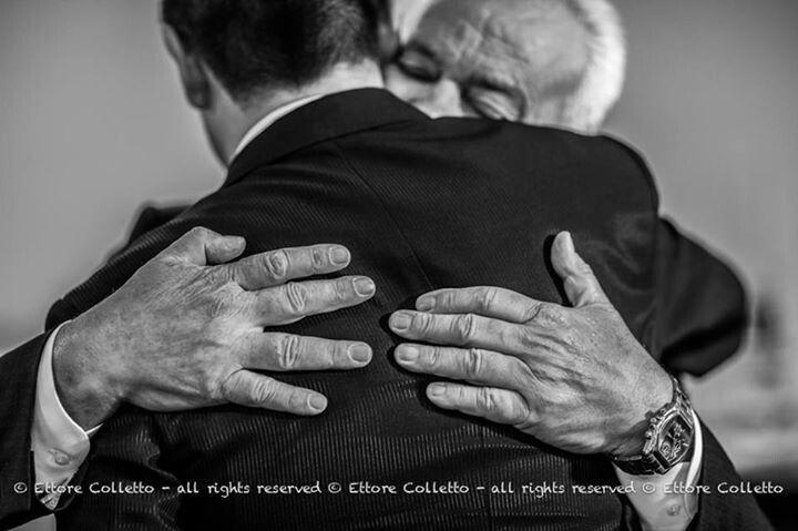 L'abbraccio forte e sincero di un papà estremamente commosso  L'emozione in una foto da matrimonio