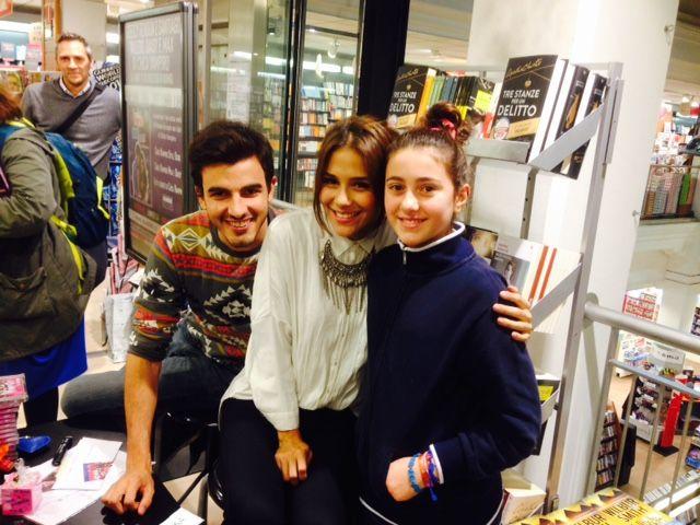 Greeicy Rendón (Daisy - Chica) y Santiago Talledo (Max) con una fan durante la firma de libros en Milán.