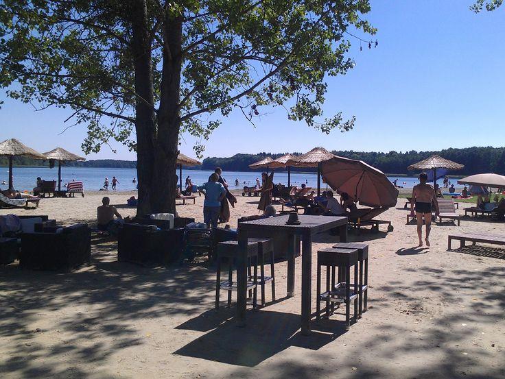Sommer in Templin am Badestrand des AHORN Seehotel Templin mit toller Strandbar, Sonnenliegen und viel Raum für Entspannung