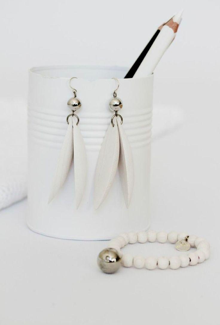 Jalava earrings and Täysikuu bracelet, white - Aarikka