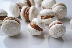 Herzoginkekse ist ein Rezept für die Weihnachtsbäckerei, das auch Ungeübten leicht gelingt. Dabei schmecken Sie herrlich nach Nüssen und Kuvertüre.