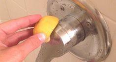 Du kannst auch eine Zitrone benutzen, um hartnäckige Wasserflecken aus der Dusche zu entfernen.