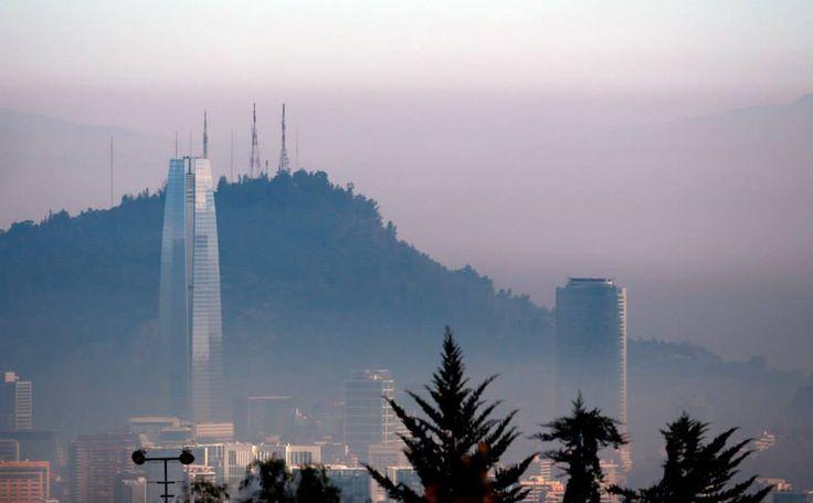 Vista General de Santiago de Chile bajo una nube. Surge la primera emergencia ambiental en la capital chilena desde hace 16 años. La medida implica la paralización de la actividad en el sector industrial con restricción vehicular. (Osvaldo Villarroel / Efe)
