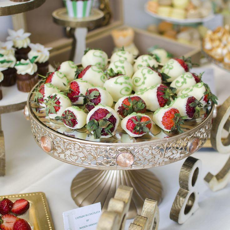 O combinatie atat de interesanta si delicioasa intre capsunile proaspete si ciocolata belgiana, rezultatul fiind un produs delicat, savuros si foarte elegant. Acest platou poate face deliciul Candy Bar-ului ales de tine pentru nunta.