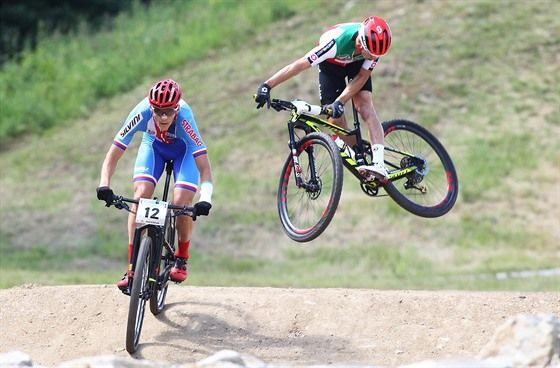 Jaroslav Kulhavý (vlevo) a Nino Schurter na trati závodu mistrovství světa v Novém Městě na Moravě.