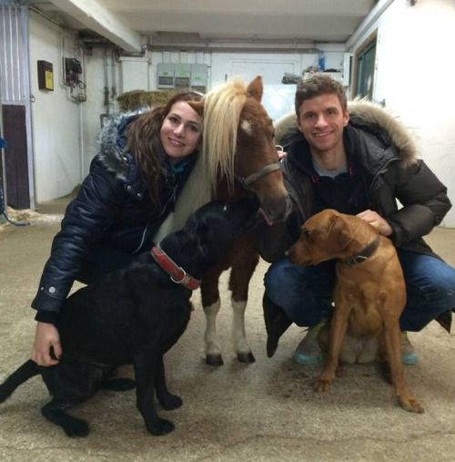 <i>Thomas & Lisa with their dogs Murmel & Mickey<br />Júlia with her and Thiagos dogs Babi & Brownie (labrador)<br />Manuel & Nina with their dog<br />Holger with his and Nataschas dog<br />Xabi & Jontxu with their bulldog Rita</i>