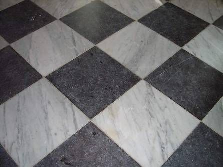 Prachtige geblokte vloer van natuursteen. Belgisch hardsteen met oud marmer. Perfect voor hal of keuken. Deze en nog veel meer natuurstenen vloeren vindt u bij 't Achterhuis in Udenhout. Kom langs of kijk op onze website.