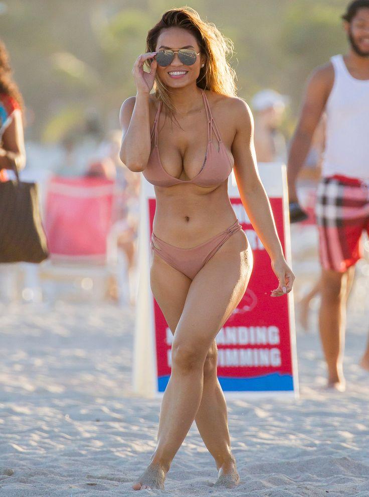 Jason Derulo và bạn gái mới Daphne Joy vui chơi trên bãi biển ở Miami. Jason Derulo đã được nhìn thấy với 50 Cents bé mama Daphne Joy trên bãi biển ngày hôm nay tại Miami. Hai người đã đi để ngâm mình trong đại dương và thuê ván trượt máy bay phản lực trên các đại dương. Daphne là trong bộ bikini màu nude và đã quay đầu trên bãi biển ngày hôm nay.