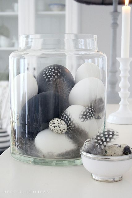 En blanco y negro • Black & white quail and emu eggs, in a big glass vase