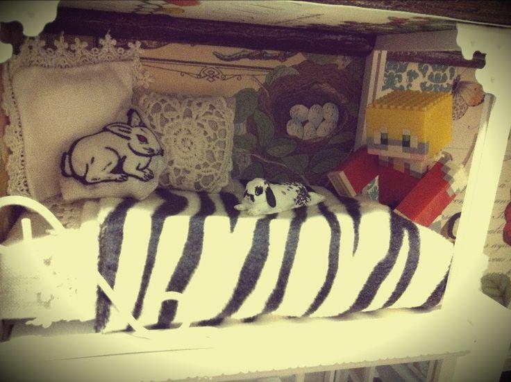 5・スチロールと綿でベッドを作り、クッションなどを置きます。かわいいお客さんがいますね。