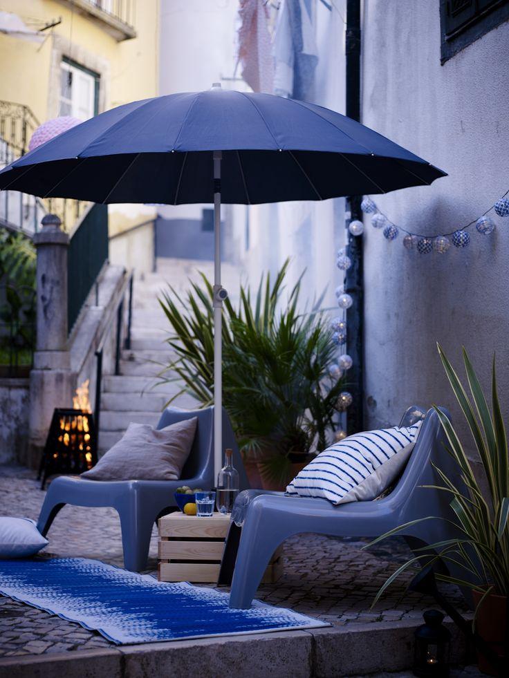IKEA PS VÅGÖ tuinstoel | IKEA IKEAnl IKEAnederland inspiratie wooninspiratie interieur wooninterieur tuinstoel stoel loungestoel loungen relaxen buiten outdoor kunststof donkerblauw lichtblauw wit