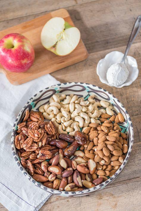 Rezept für Nussriegel ohne Zucker mit Datteln und geriebenem Apfel als kleiner Snack zwischendurch für eine zuckerfreie Ernährung und gesundes Naschen