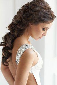 свадебная прическа к платью с открытой спиной фото