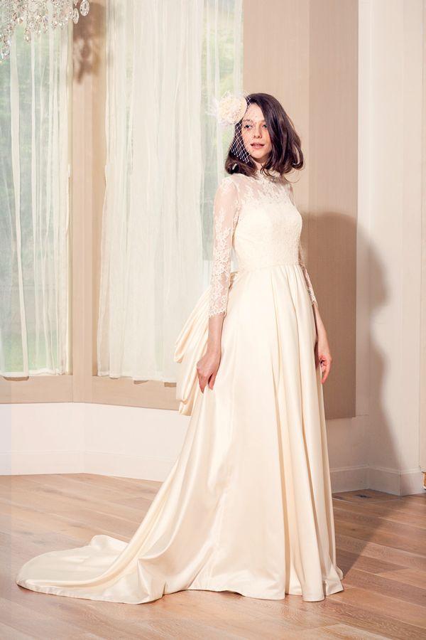 コードレースのロングスリーブのウェディングドレス。高貴なバッスルスタイルでクラシカルで愛らしい花嫁様に http://anela-clothing.jp/