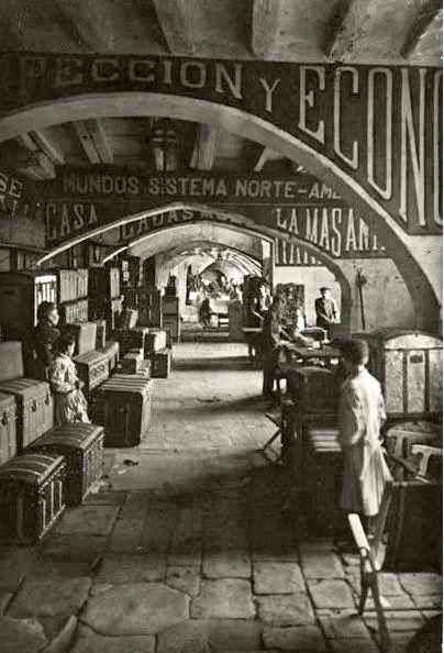 Barcelona, entics encants en el carrer Consulat de Mar, abanç de ser enderrocat per l'obertura de Via Laietana 1908.