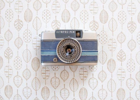 日本で代表的なオリンパスのハーフサイズカメラです。 初心者向けに生産され、シャッターを押すだけの簡単カメラです♩ 革の部分をネイビーにし、リボンでカスタマイズ...|ハンドメイド、手作り、手仕事品の通販・販売・購入ならCreema。