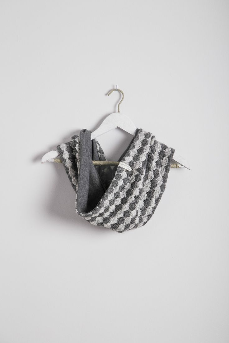 Cuello doble de algodón gris & gris. Tejido de lana con reverso de algodón. Tejido a mano en España. Descubre más en nuestra tienda online! www.decamino.info