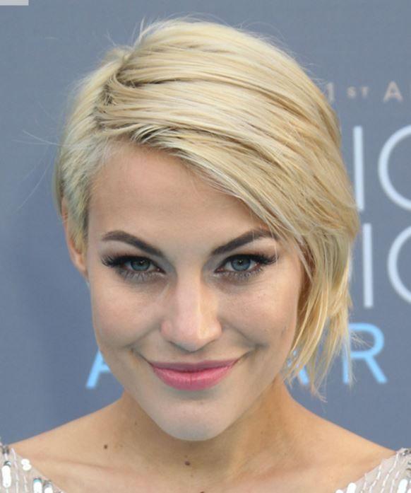 Erin Darling Düz Sarı Kısa Saç Modeli